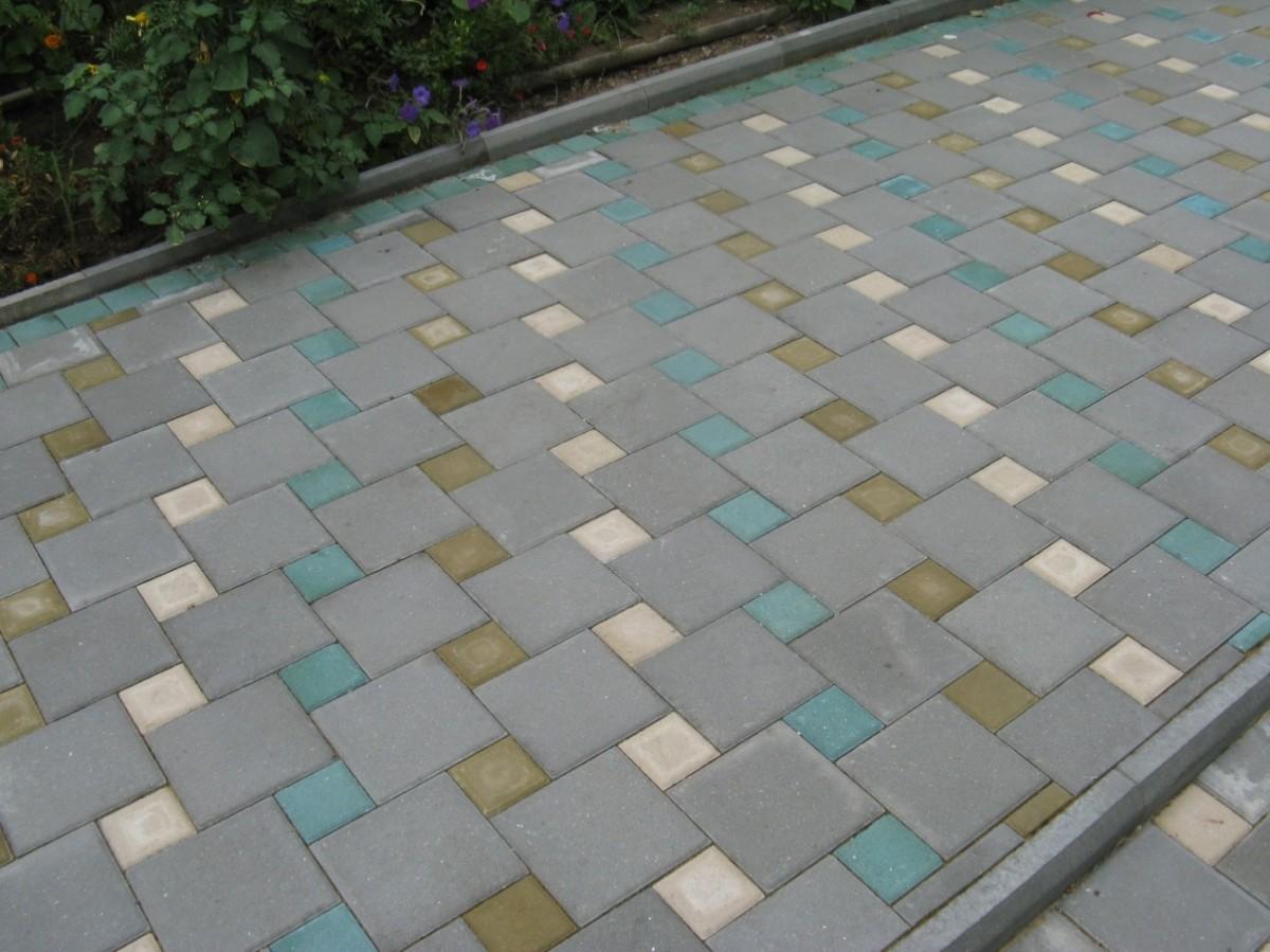 Тротуарная дорожка из серой квадратной плитки