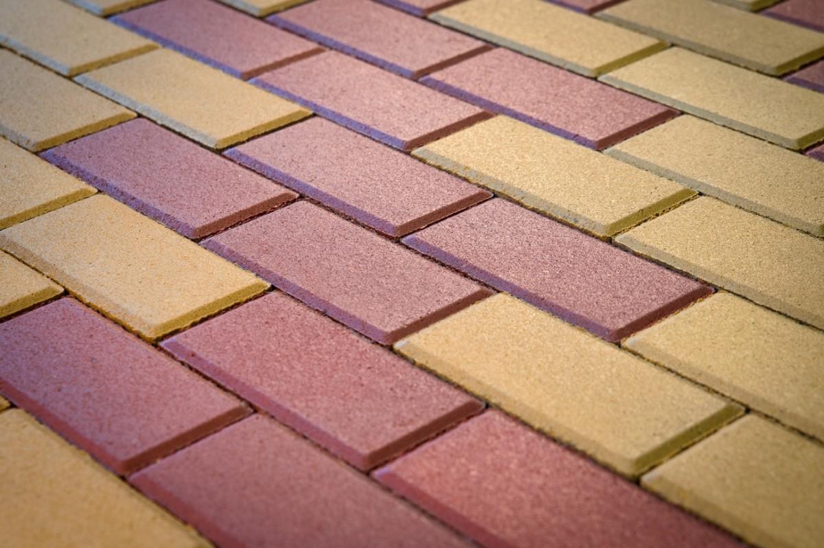 Пример укладки плитки кирпичиком из двух цветов желтая и красная